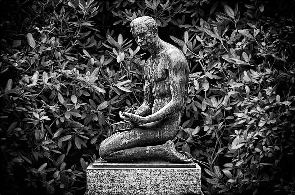 Männliche Statue – Friedhof Ohlsdorf