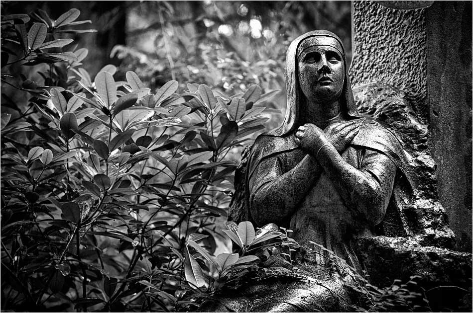 Friedhof Ohlsdorf – weibliche Statue