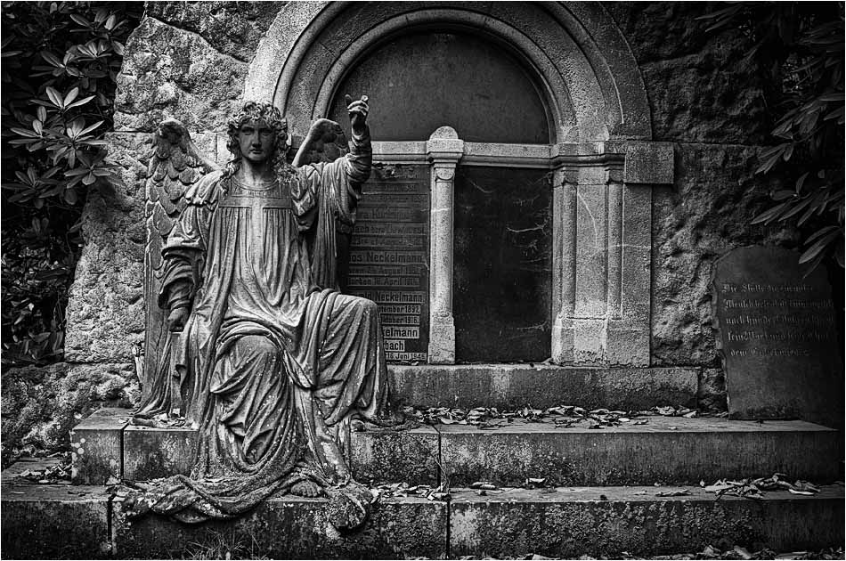 Sitzender Engel – Friedhof Ohlsdorf