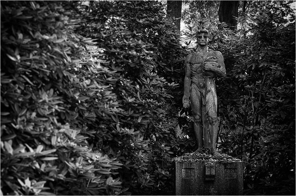 Männliche Figur – Friedhof Ohlsdorf