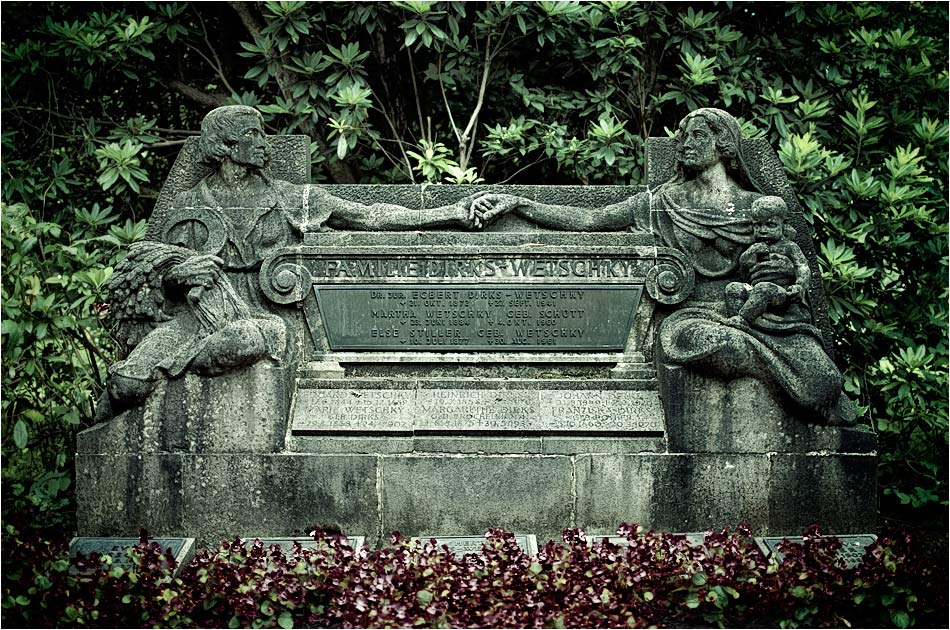 Familiengrab Dirks-Wetschky (1921) — Friedhof Ohlsdorf — Michael Wassenberg