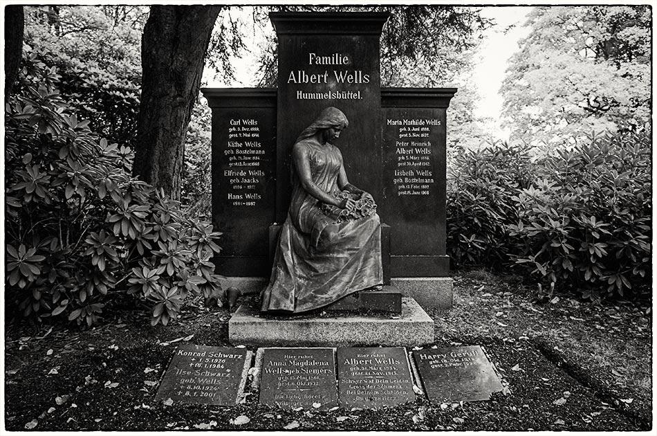 Grabmal Wells — Friedhof Ohlsdorf — Michael Wassenberg