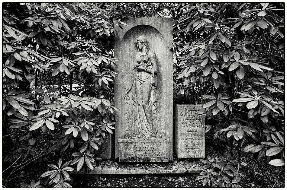 Friedhof Ohlsdorf — Grabmal Weicht (1947)