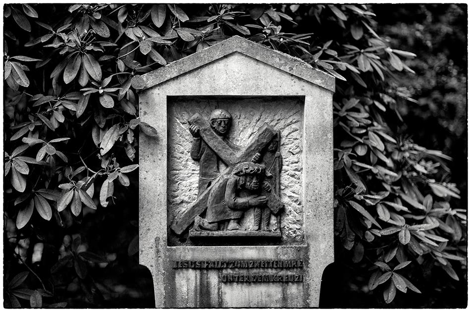 Jesus fällt zum zweiten Mal unter dem Kreuz · Kreuzweg · Friedhof Ohlsdorf · Michael Wassenberg · 21.11.2018